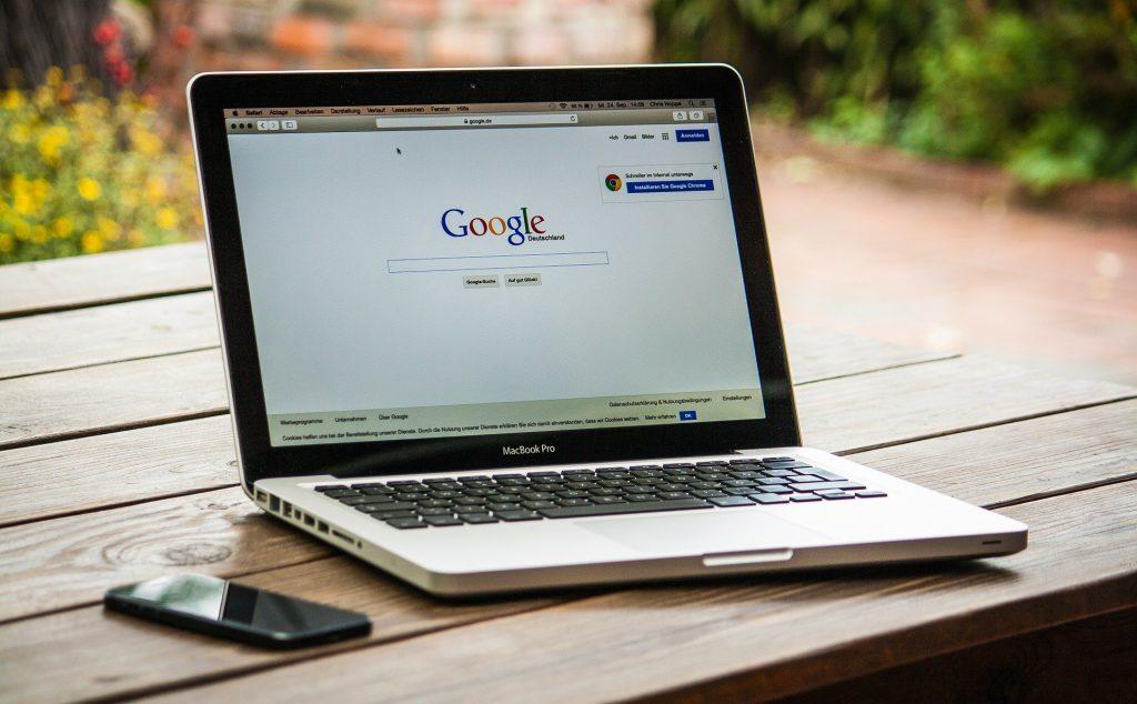 Laptop mit Google Suchmaschine geöffnet